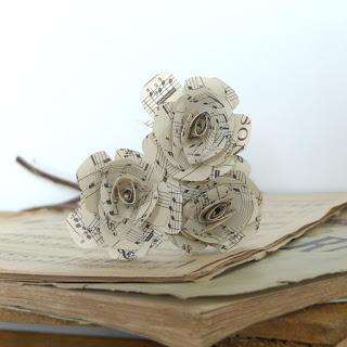 Roses en partition musicale - bouquet de trois roses en papier 2